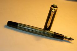 Pelikan-400-BlackCapGreenStripes-NewNib-Open.jpg
